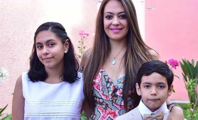 Isabella y Santiago Becerra Domínguez efectúan su primera comunión