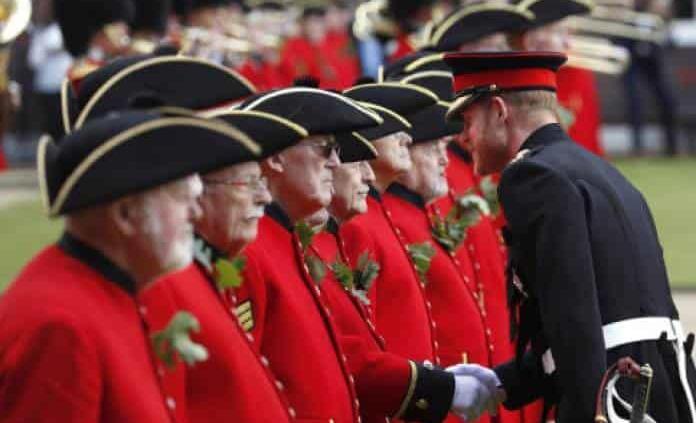Príncipe Enrique reconoce a veteranos por el Día D