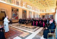 El Vaticano debate ordenar curas casados