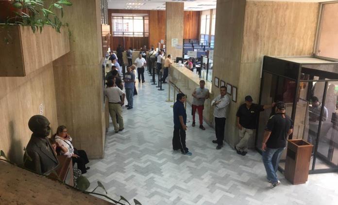 Protestan  jubilados en edificio de Pensiones
