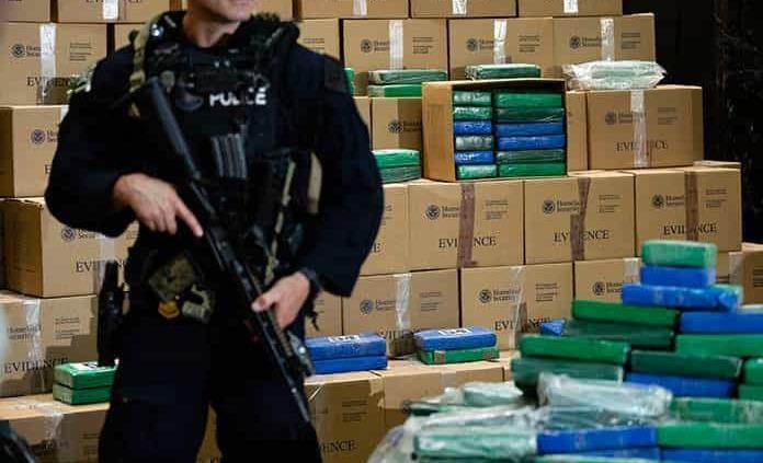 Incautan 16 Tons. de cocaína en buque