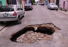 Supuesto colapso de drenaje crea cráter