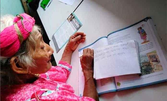 Doña María Ignacio a sus 83 años casi termina la primaria