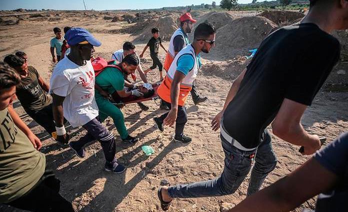 Una treintena de palestinos heridos por fuego israelí en protestas en Gaza