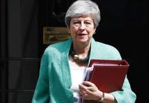 May lanza velada crítica a Johnson