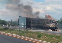 Bloquean con tráiler en llamas la autopista Celaya-Salamanca