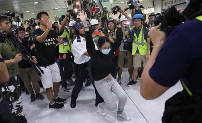 Marcha en Hong Kong acaba con enfrentamientos entre policía y opositores