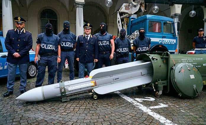 Incautan arsenal de guerra y misil en redada contra extrema derecha italiana