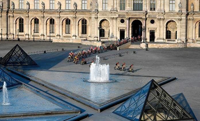 El Louvre con máxima afluencia de visitantes