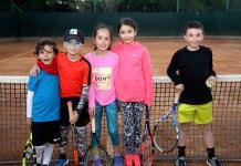 Niños practican tenis en el Club Deportivo Potosino