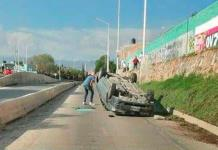 Dos heridos, al volcar auto en el río Españita