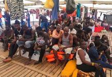 El barco con migrantes va rumbo a Italia