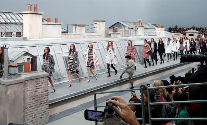 Espontánea se cuela en pasarela de Chanel en París; Gigi Hadid la escolta hacia la salida (VIDEOS)