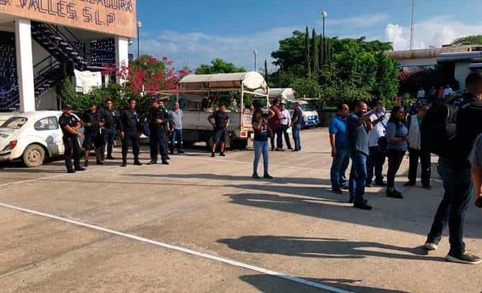 Desalojan con policías a huelguistas de la DAPA