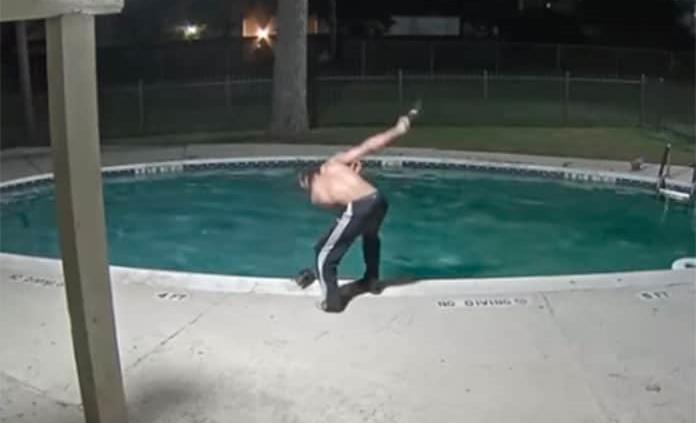 Hombre tortura a un gato dentro de una piscina