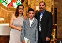 Héctor Alvarado Pérez efectúa su primera comunión