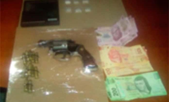 Sujetos son arrestados con pistola y cristal