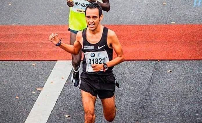 Un atleta local corre el Maratón de Berlín