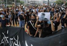 Hongkoneses enmascarados protestan en Tribunal Superior