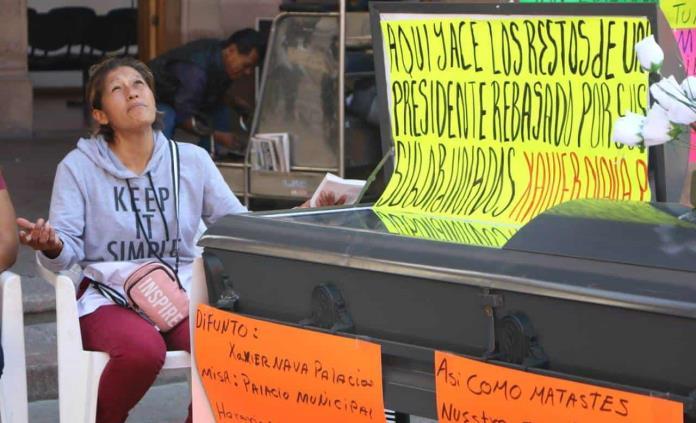 Con funeral, comerciantes desalojados de la Plaza del Carmen protestan contra Nava
