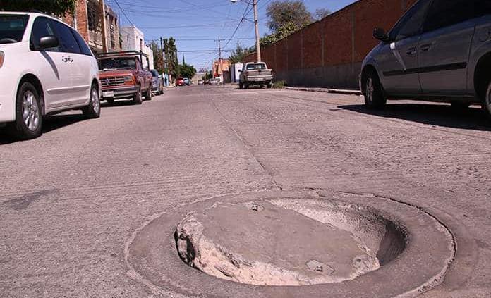 Alertan de alcantarilla en mal estado en San Leonel
