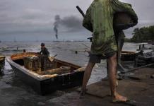 Pescan en medio de manchas de petróleo en el Lago Maracaibo