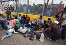 Migrantes bloquean varias horas puente internacional