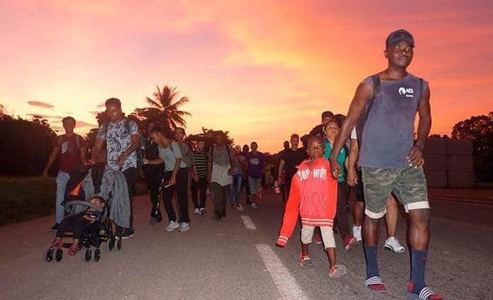Unos 2 mil migrantes marchan en caravana desde la frontera sur de México
