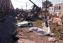 Tren arrolla un autobús y deja nueve muertos