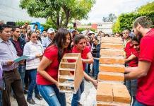 Alumnos demuestran oficio pegando ladrillos