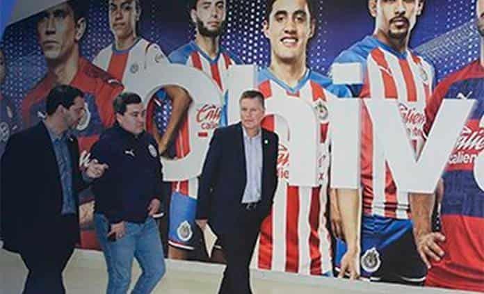 Ricardo Peláez hace firmar código de ética a jugadores de Chivas
