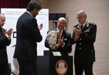Embajador de EU devuelve a Italia estatua robada