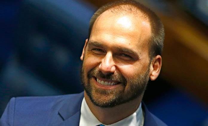Hijo de Bolsonaro aplaude destitución de magistrados en El Salvador