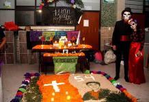 Alumnos del Instituto Potosino exhiben altares de muertos