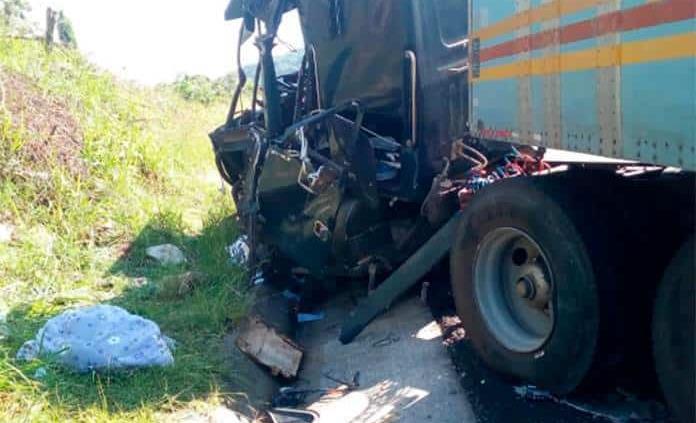 Trailero choca contra un cerro en la autopista Valles-Rayón