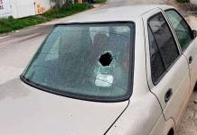 Vándalos rompió cristal a un automóvil