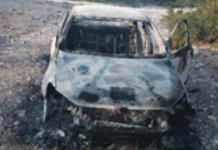 Hallan restos humanos en carro incinerado