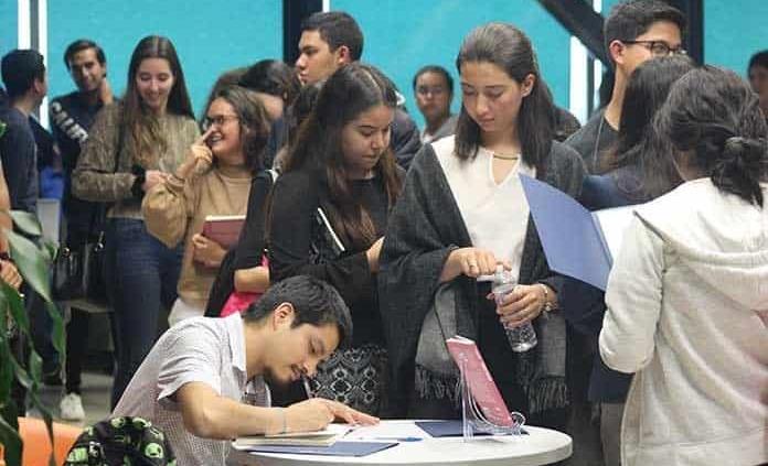 """Antonio Vásquez comenta su novela """"Ausencio"""" a estudiantes del Tec"""
