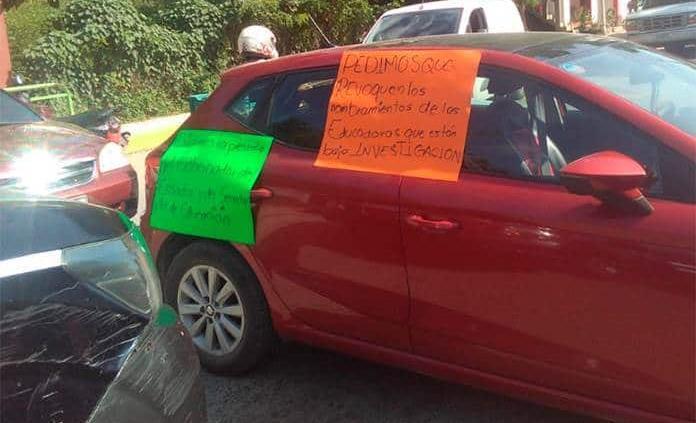 Padres de familia inconformes con educadoras bloquean carretera en Matlapa