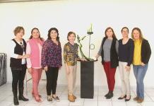 Socias del Club Magnolia aprenden sobre diseño floral