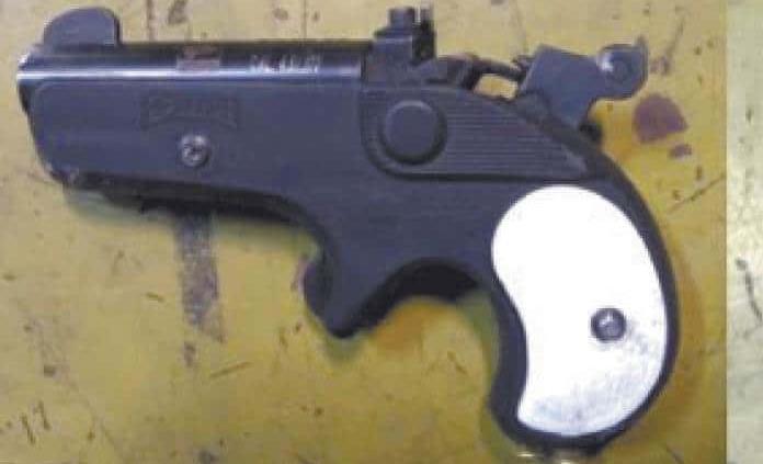 Atrapan a individuo por traer una pistola