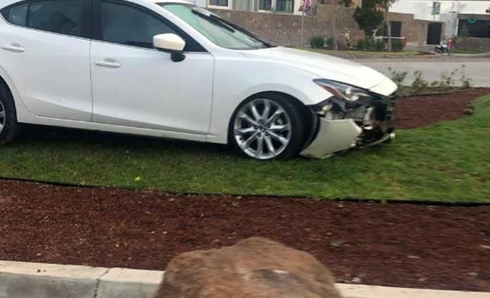 Abandonan auto chocado en el Pedregal