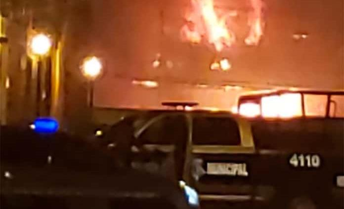 Incendio en bodega de Ferrocarriles consume madera