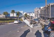 Choque-volcadura en avenida Chapultepec