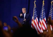 Donald Trump agita con un dron a Medio Oriente