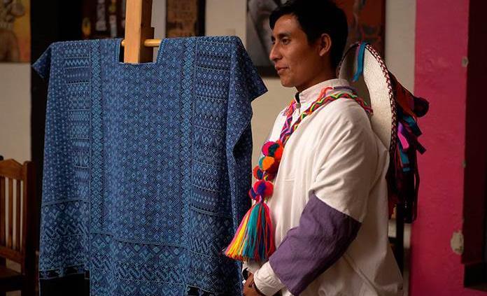 Un tejedor y diseñador indígena rompe estereotipos en Chiapas