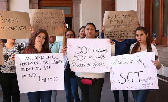 Mujeres exigen concesiones de taxi con equidad