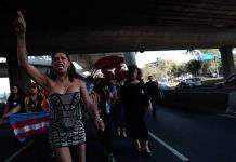 Mujeres trans cortan calle de la CDMX con ataúd