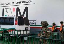 México deporta a 136 hondureños en medio del avance de caravanas migrantes