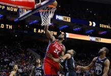 Embiid anota 24, con el número 24 en honor de Kobe Bryant